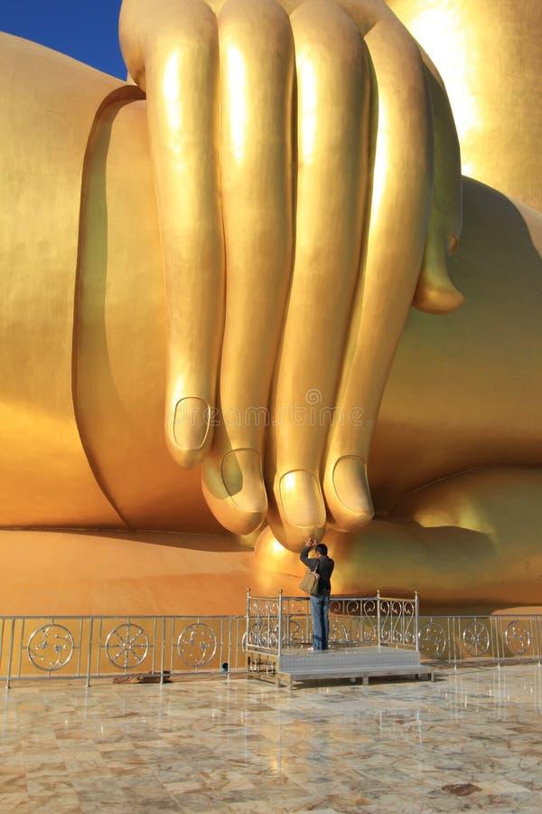 Modlitwa przy dużą Buddha statuą w Tajlandia zdjęcie royalty free