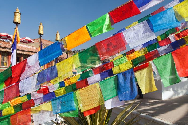 Modlitwa zaznacza wokoło Bodhnath, Bouddha, Bouddhanath lub Bouddhnath stupy w Kathmandu, obrazy royalty free