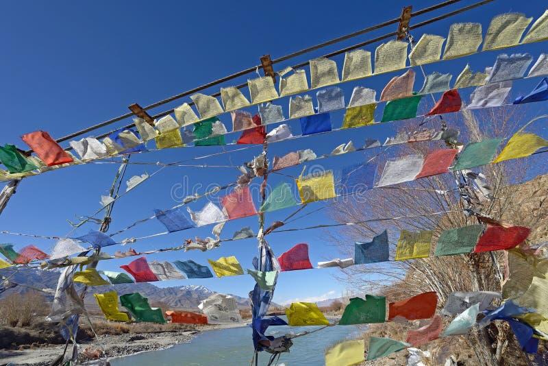 Modlitwy flaga rząd na moscie krzyżuje rzeka indus fotografia royalty free