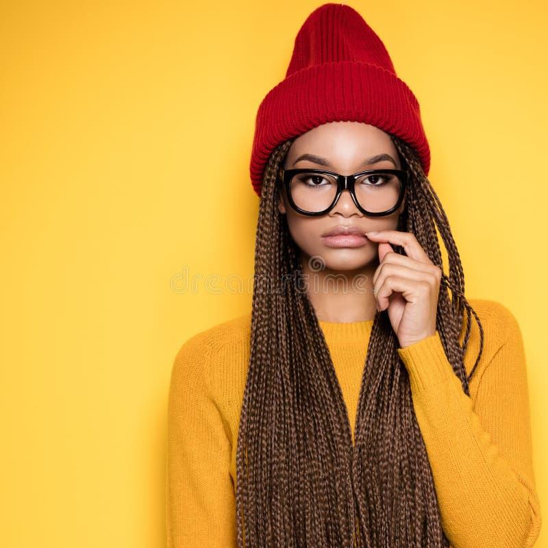 Modna amerykanin afrykańskiego pochodzenia dziewczyna zdjęcie royalty free