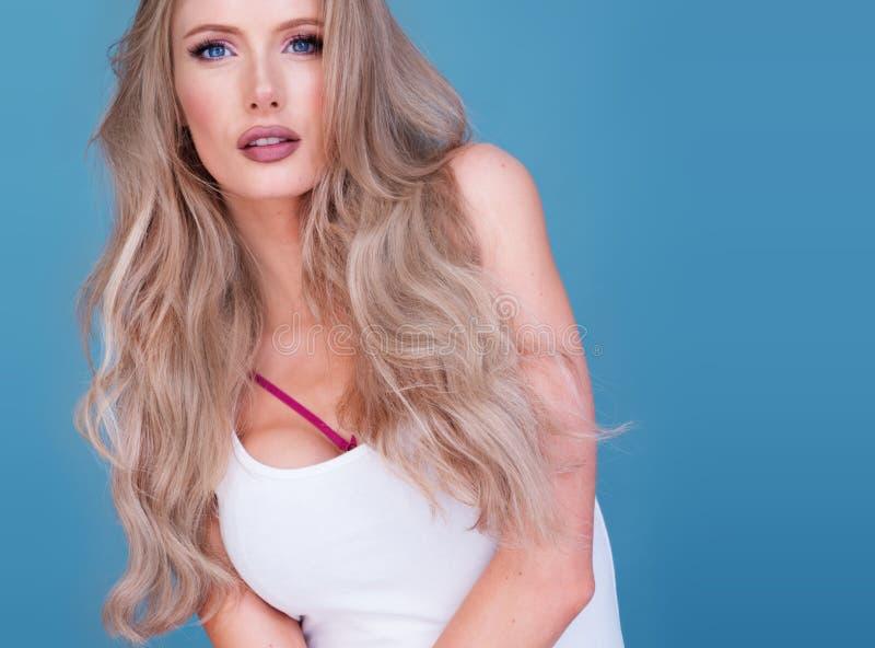 Modna atrakcyjna intensywna młoda blond kobieta obrazy stock