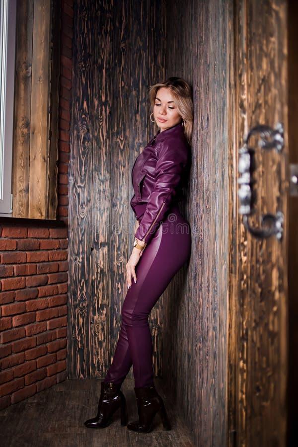Modna blond kobieta w okularach przeciwsłonecznych, modnych odziewa, szpilki inicjuje z seksowną postacią pozuje blisko otwarte d fotografia royalty free