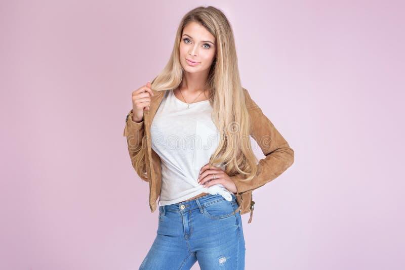 Modna blondynki kobieta na różowym tle fotografia stock