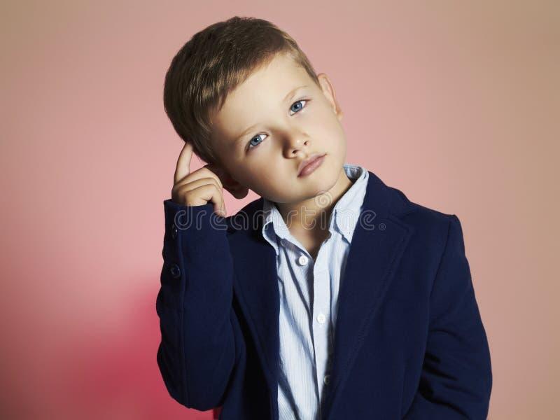 modna chłopiec elegancki dzieciak w kostiumu Fashion Children zdjęcie royalty free