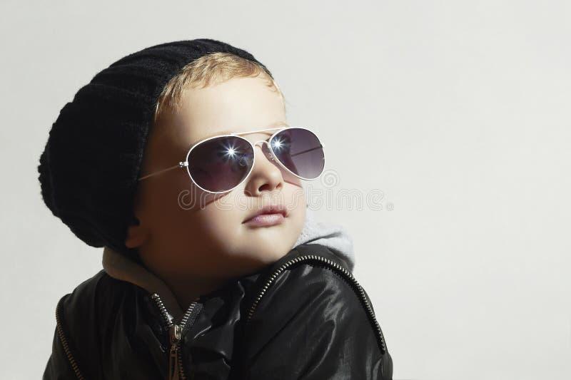 Modna chłopiec w okularach przeciwsłonecznych kochanie Zima styl moda dzieci obraz stock