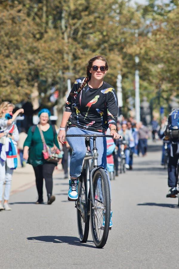 Modna dziewczyna cieszy się cykl w Vondelpark, Amsterdam, holandie obrazy royalty free