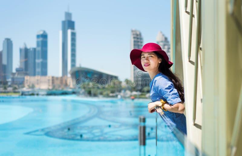 Modna dziewczyna cieszy się widok przy Dubaj centrum handlowym zdjęcia stock
