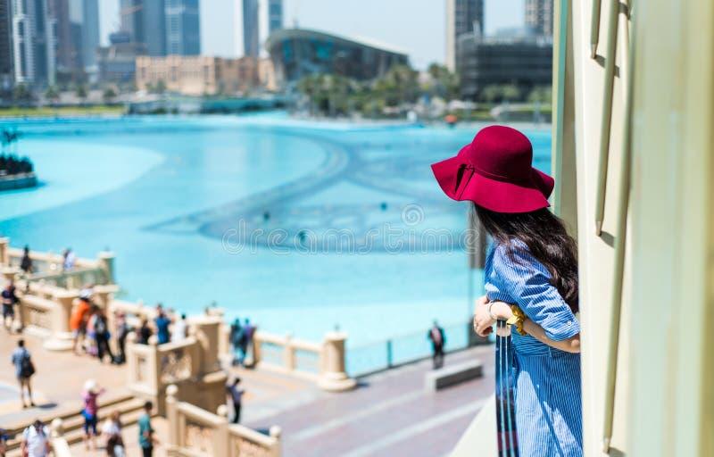 Modna dziewczyna cieszy się widok przy Dubaj centrum handlowym zdjęcie stock