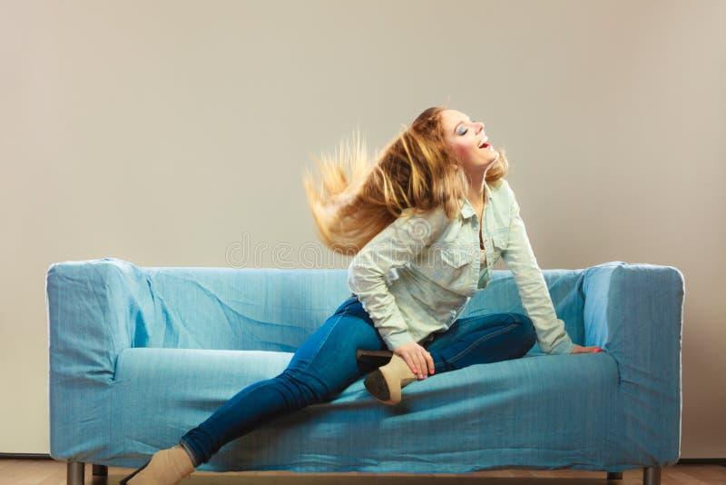 Modna dziewczyna jest ubranym drelichowy relaksować na leżance zdjęcia royalty free