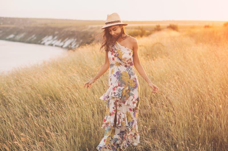 Modna dziewczyna w eleganckiej lato sukni z pięknym kapeluszem fotografia stock