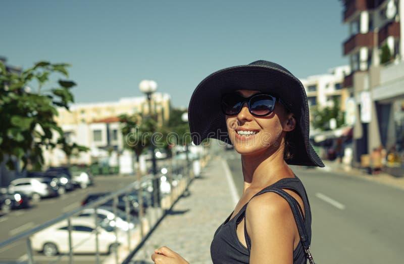 Modna dziewczyna w kapeluszu na ulicy miejskiej obraz royalty free