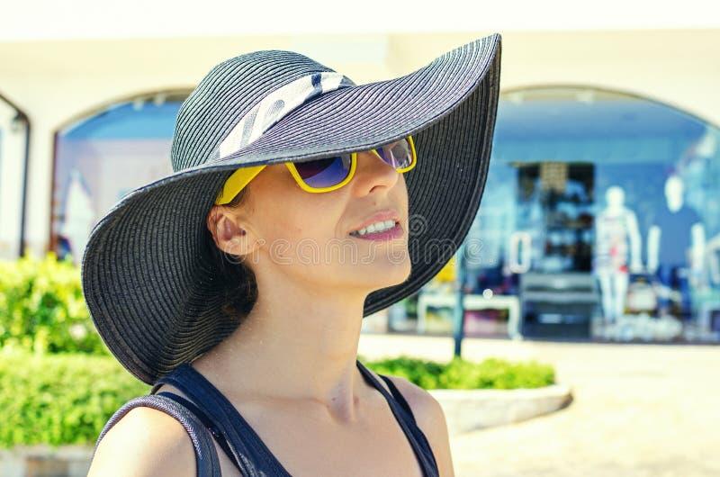 Modna dziewczyna w kapeluszu na ulicy miejskiej fotografia royalty free