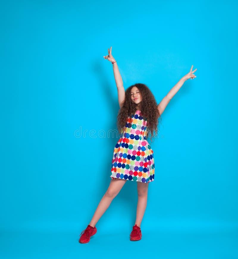 Modna dziewczyna w kolorowej sukni zdjęcie stock