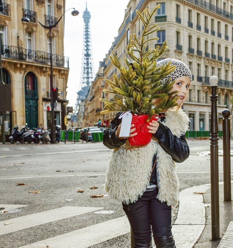 Modna dziewczyna w Paryż, Francja przyglądający od choinki out zdjęcie royalty free