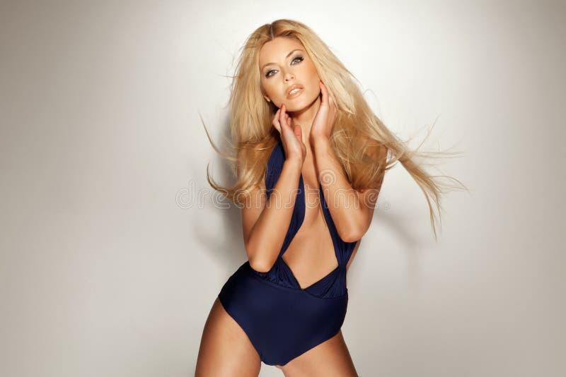 Modna młoda blondynki dziewczyna pozuje w swimsuit. zdjęcia royalty free