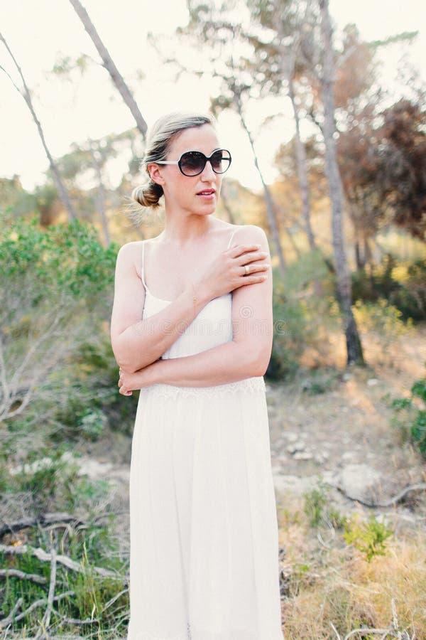 Modna kobieta jest ubranym okulary przeciwsłonecznych outdoors zdjęcia royalty free