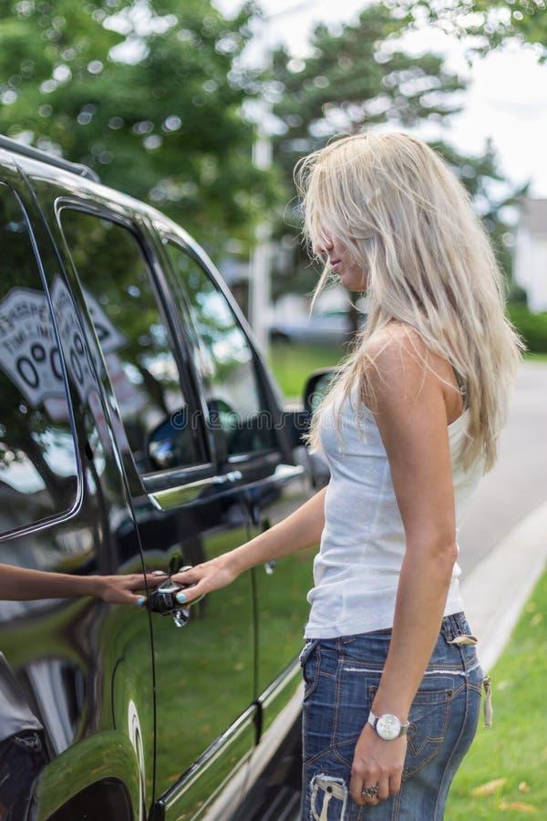 Modna kobieta otwiera SUV zdjęcia stock