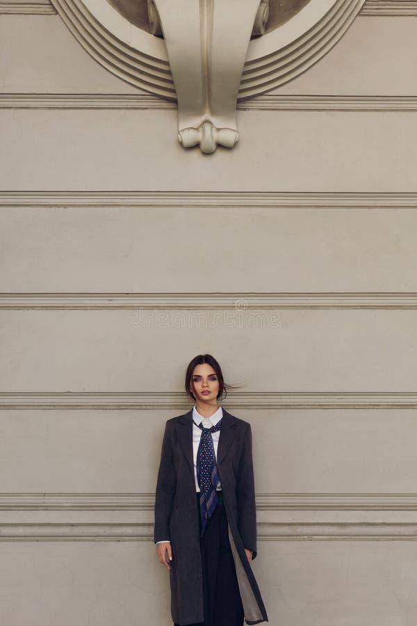 Modna kobieta, Piękny model W modzie Odziewa W ulicie obraz stock