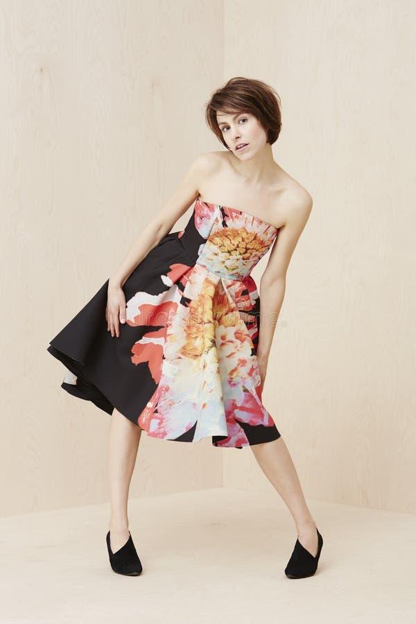 Modna kobieta pozuje w sukni fotografia stock