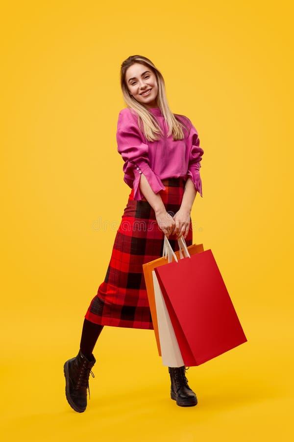 Modna kobieta pozuje z torbami na zakupy zdjęcia stock