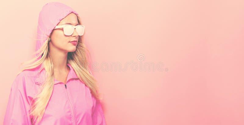 Modna kobieta w deszczowu i okularach przeciwsłonecznych zdjęcia royalty free