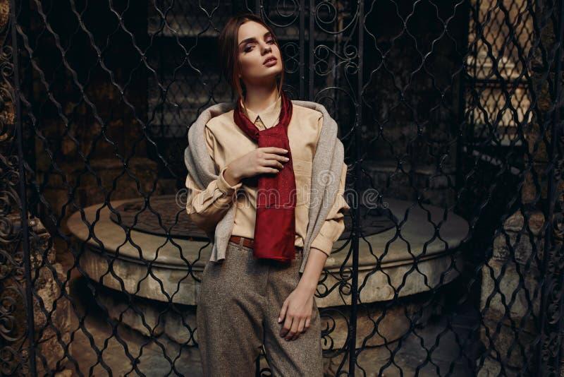 Modna kobieta W mody odzieży W ulicie wzorcowy elegancki zdjęcia royalty free