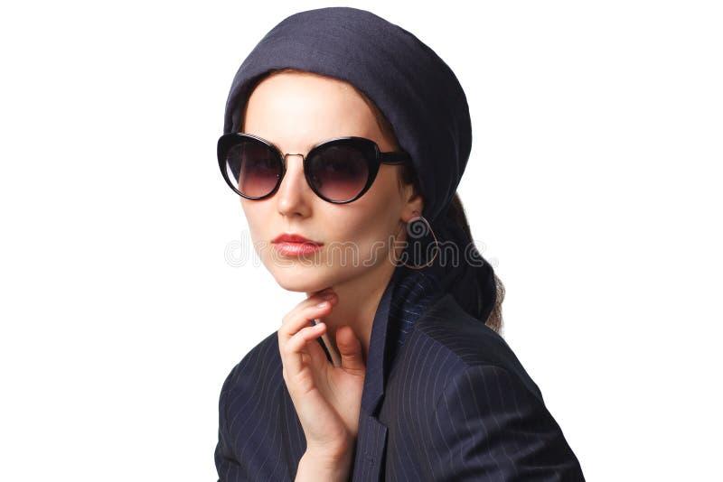 Modna kobieta w okularach przeciws?onecznych odizolowywaj?cych na bia?ym tle zdjęcie royalty free