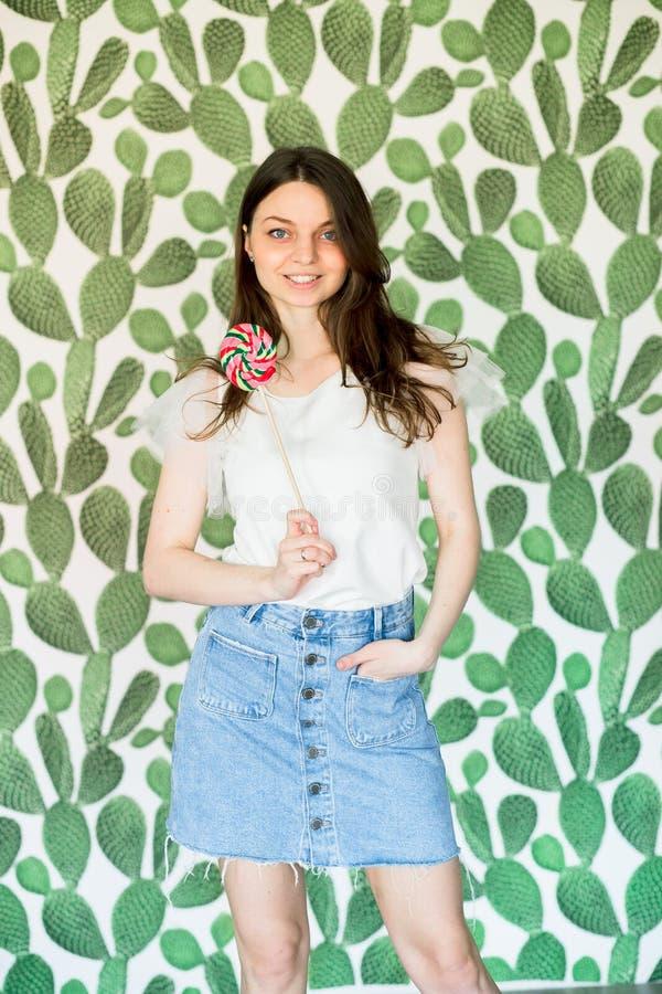 Modna kobieta w spojrzenie stroju, pozuje w studiu obraz stock