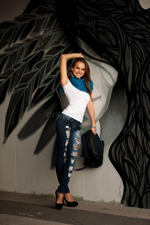 Modna kobieta z blured graffitti w tle obraz stock