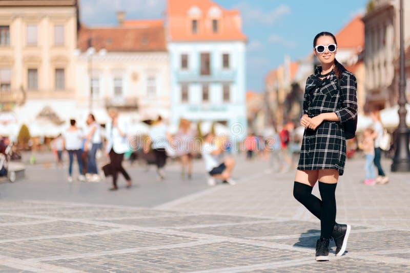 Modna kobieta Z koszula okularami przeciwsłonecznymi na wakacje i suknią fotografia royalty free