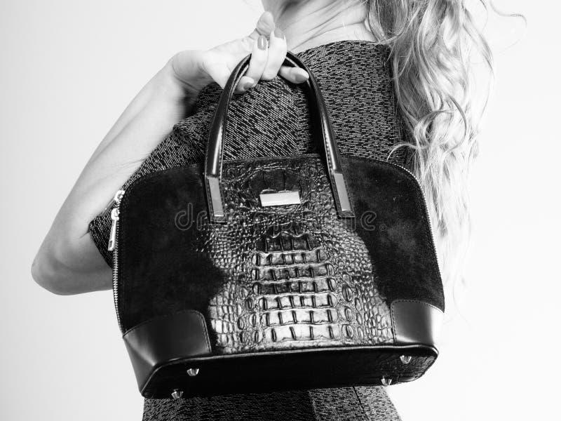 Modna kobieta z torebką zdjęcia stock