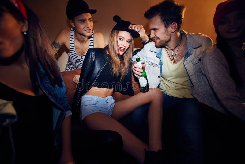Modna młoda dziewczyna przy klubem nocnym zdjęcia royalty free