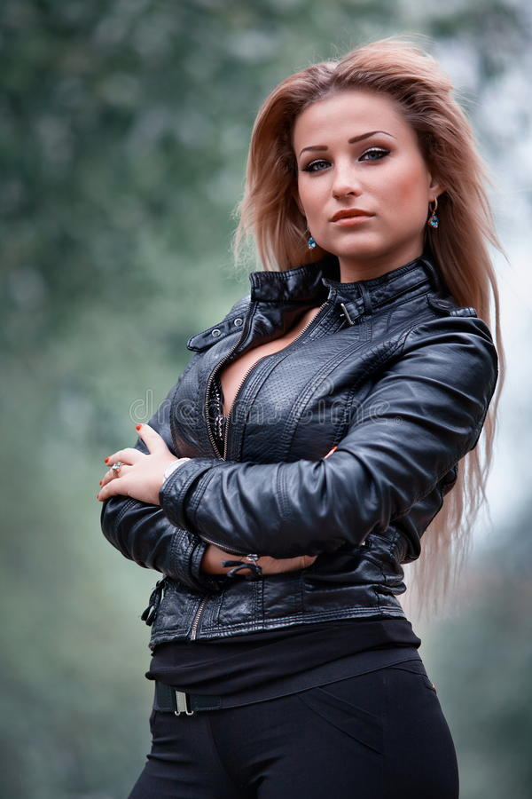 Modna młoda kobieta zdjęcia stock