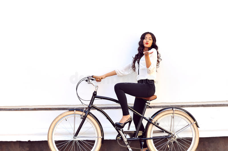 Modna młoda kobieta na rowerowym daje lotniczym buziaku zdjęcie royalty free