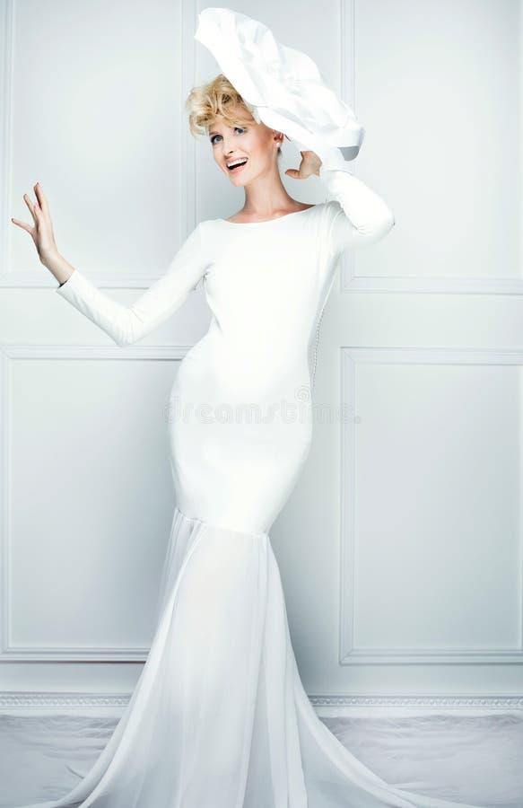 Modna młoda kobieta pozuje w bielu obrazy stock