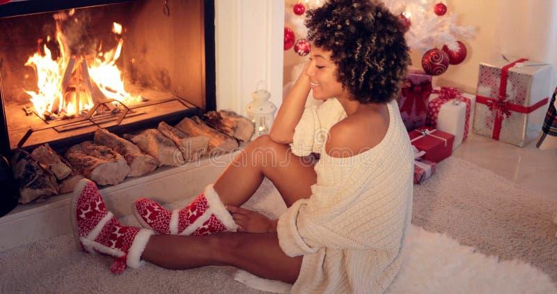 Modna młoda kobieta w Bożenarodzeniowych łupach fotografia royalty free