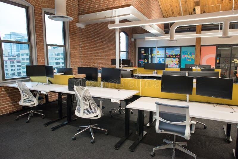 Modna nowożytna otwarta pojęcia loft powierzchnia biurowa z dużymi okno, naturalnym światłem i układem zachęcać współpracę, fotografia royalty free