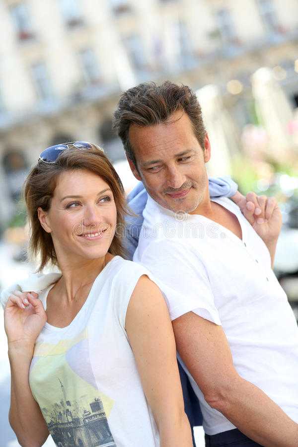 Modna pary pozycja w ulicy ono uśmiecha się zdjęcie royalty free