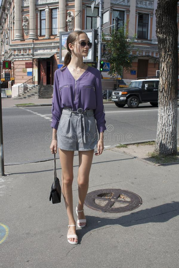 Modna pi?kna dziewczyna chodzi ulicy du?y miasto, ulica styl fotografia royalty free