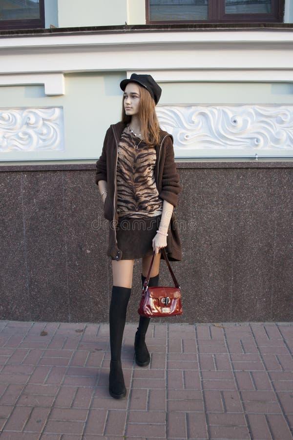Modna pi?kna dziewczyna na starym domowym tle, ulica styl zdjęcie royalty free