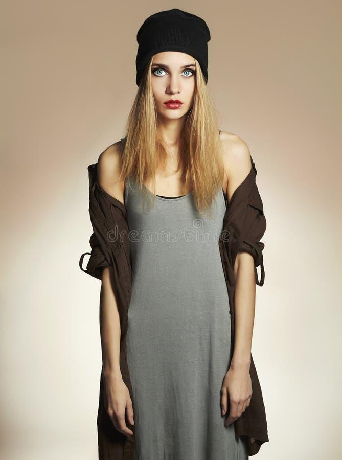 Modna piękna młoda kobieta w kapeluszu piękno blond dziewczyna w nakrętce modniś zdjęcia royalty free