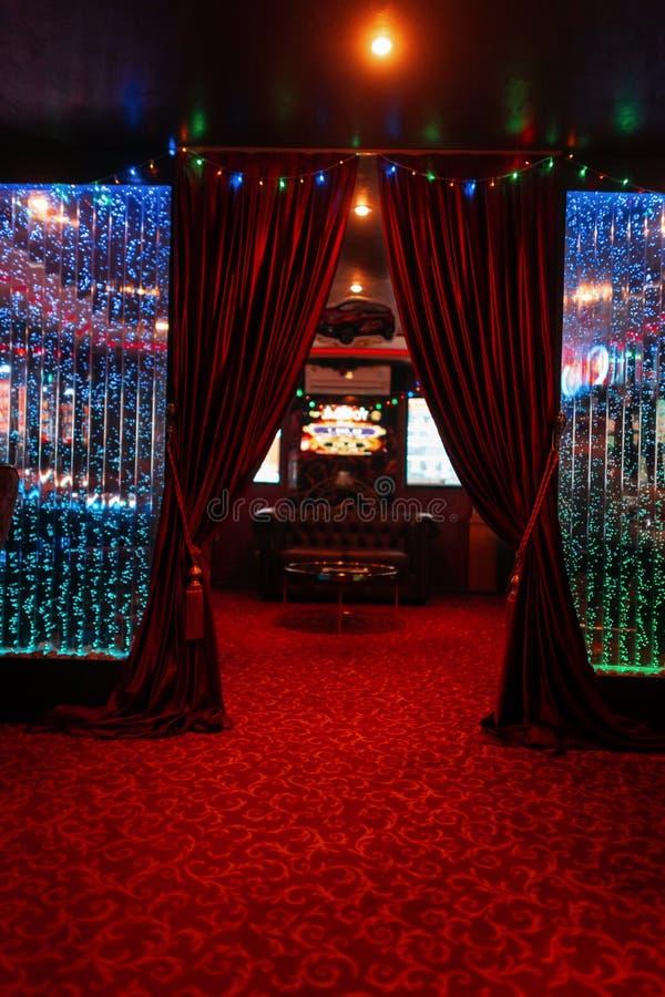 Modna rocznik sala z czerwonymi drogimi zasłonami w hotelu antykwarski karło rzeźbiący wewnętrzny luksus zdjęcie stock