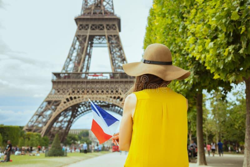 Modna solo podróżnicza kobieta z francuz flagą w Paryż, Francja obraz stock