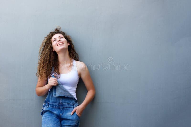 Modna szczęśliwa nastoletnia dziewczyny pozycja z ręką w kieszeni obraz royalty free