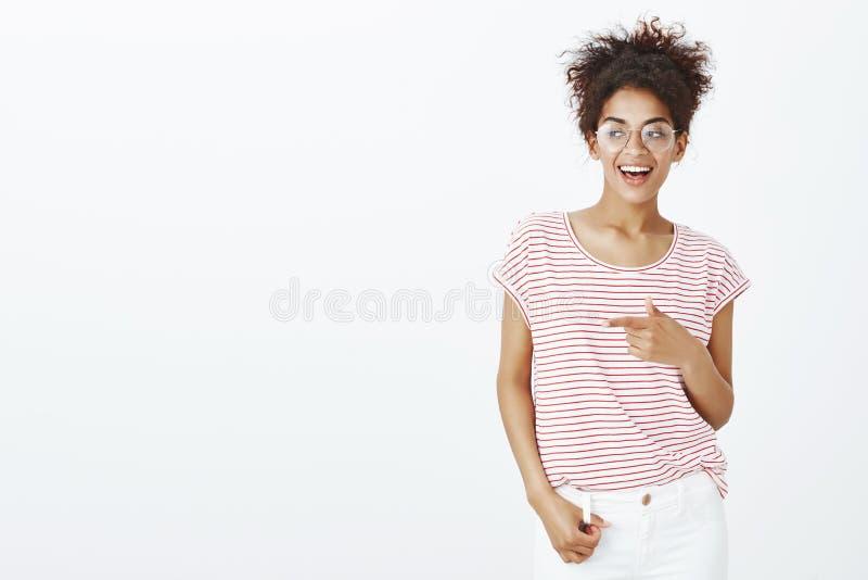 Modna ufna afroamerykańska kobieta w szkłach, pasiastej koszulce i obrazy royalty free