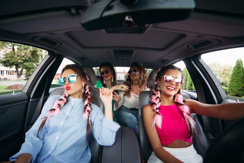 Modne dziewczyny jedzie w samochodzie wpólnie i ma zabawę obrazy royalty free