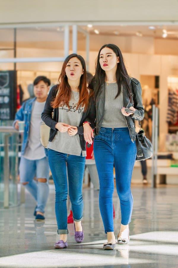 Modne dziewczyny przy Livat zakupy centrum handlowym, Pekin, Chiny obrazy royalty free
