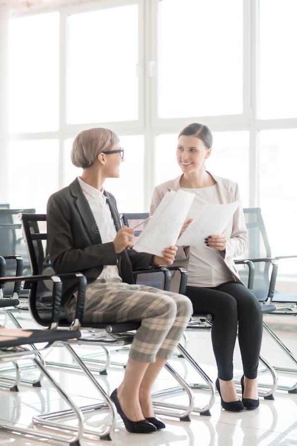 Modne komunikuje kobiety w sala konferencyjnej zdjęcia stock