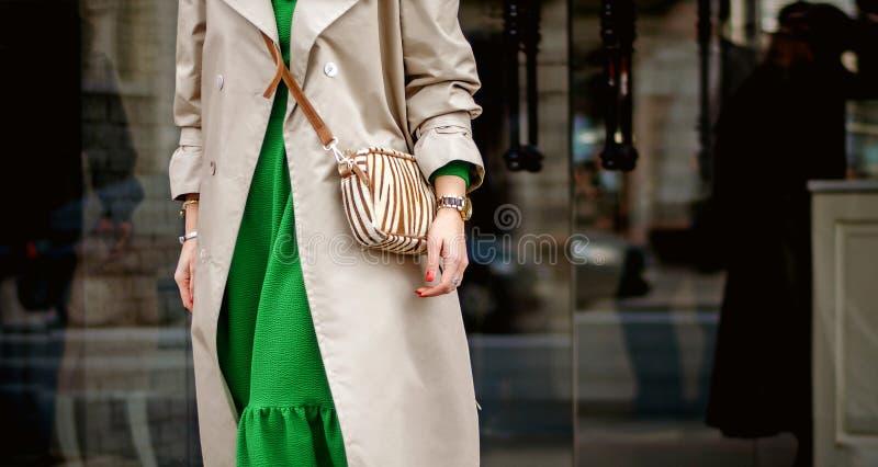 Modne zbliżenie torby w rękach kobiet Dziewczyna chodzi na zewnątrz miasta Stylowy, nowoczesny i kobiecy obraz, styl obraz royalty free