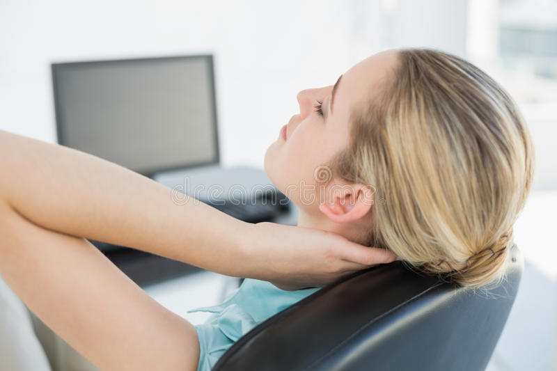 Modnego bizneswomanu relaksujący obsiadanie na jej swivel krześle fotografia royalty free